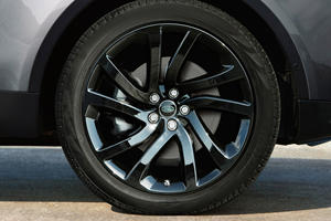 2017 Land Rover Discovery HSE Td6 4dr SUV Wheel. Black Design Package Shown.