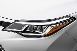 2018 Toyota Avalon Touring Sedan Headlamp Detail