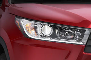 2017 Toyota Highlander SE 4dr SUV Headlamp Detail