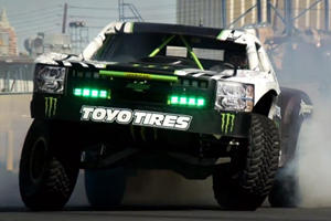 Trophy Truck Jumps Babe and GT-R