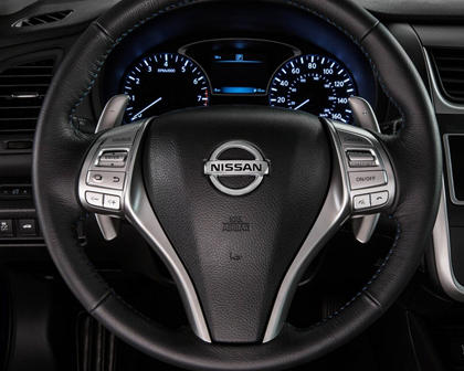 2017 Nissan Altima 2.5 SR Sedan Steering Wheel Detail