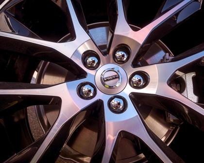 2017-2019 Volvo  V90 Cross Country Wheel Closeup