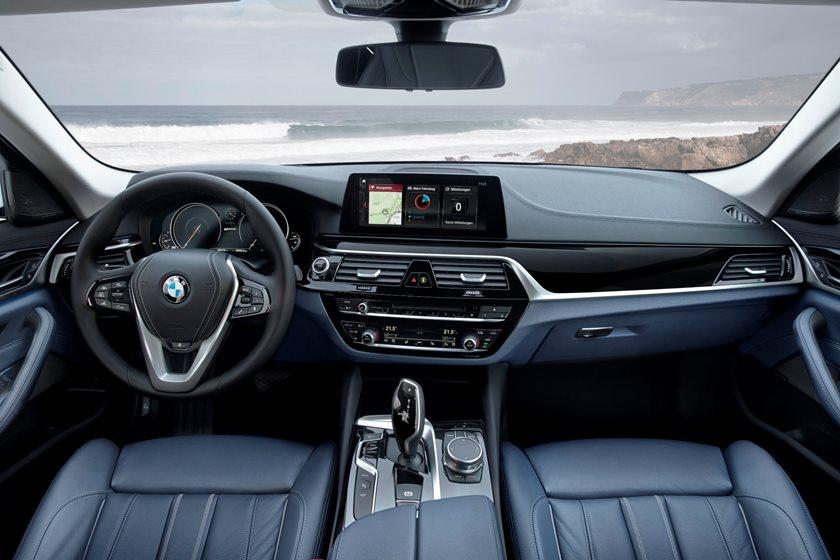 2018-2019 BMW 5 Series Plug-in Hybrid Dashboard  Layout