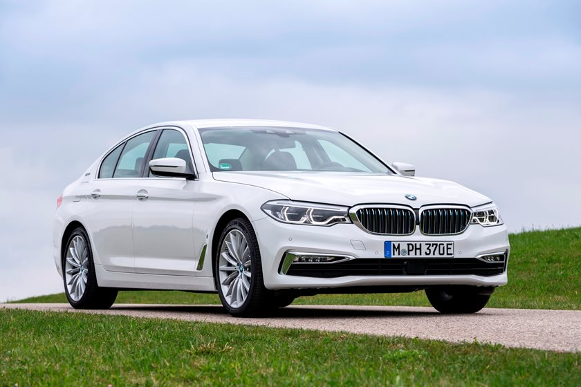 2018-2019 BMW 5 Series Plug-in Hybrid Front Three-Quarter Right Side View