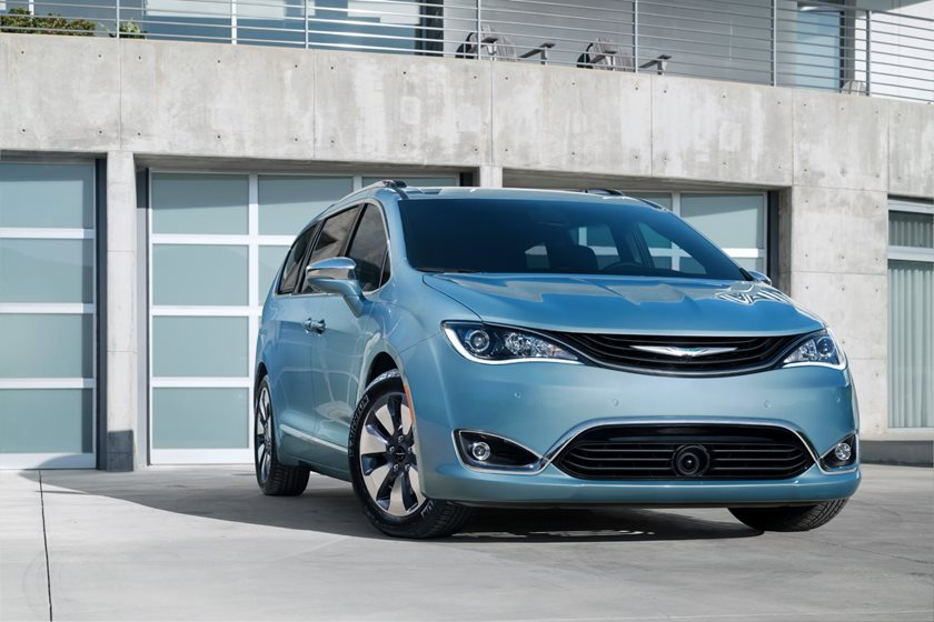 2017-2019 Chrysler Pacifica Hybrid Front Three-Quarter Right Side View