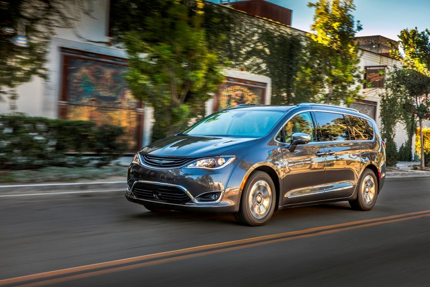 2017-2019 Chrysler Pacifica Hybrid Front Side in Motion