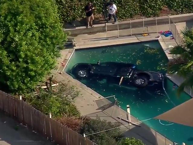 Ford F 150 Raptor Plunges Into San Diego Swimming Pool Carbuzz