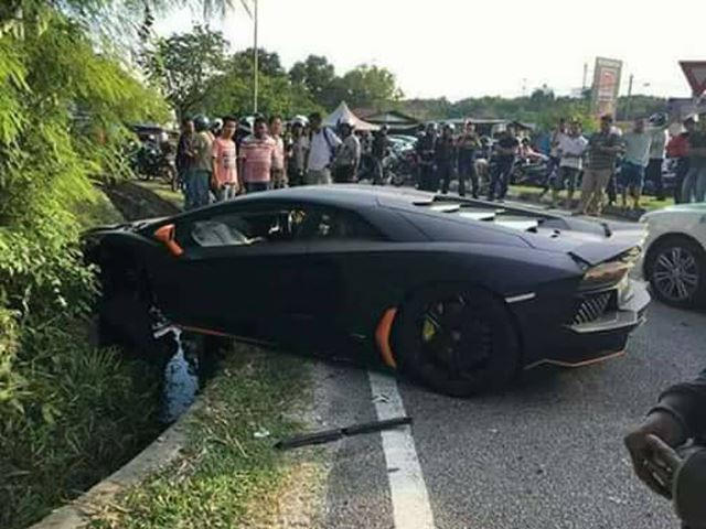 Stylish Lamborghini Aventador Crashes Into Wall After Overtaking